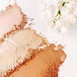 3 teintes pour un visage illuminé.⠀ L'highlighter est ses 3 teintes vous permet de structurer et donner du relief à votre visage.⠀ La teinte nude est parfaite pour éclairer les teints clairs et la teinte champagne les teints plus dorés.⠀ L'highlighter gold lui réchauffera tous les teints pour leur donner un subtil fini hâlé.⠀ ⠀ #natorigin #highlighter #peausensible #hautetolerance #teintlumineux #cleanbeauty