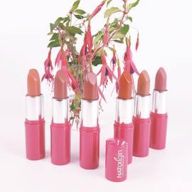 Un rouge à lèvres à la formule douce et fondante pour des lèvres pigmentées et hydratées. ⠀ Enrichie en huiles de Jojoba, d'Amande Douce et en extrait d'Orchidée, sa formule contient 100% d'ingrédients d'origine naturelle.